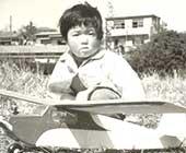 父親の趣味のラジコン飛行機と。4歳ごろ