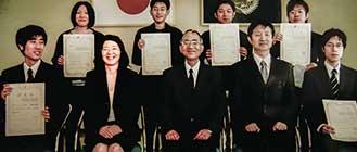 広島大学、ナノテク・バイオ・IT融合教育プログラムの認定証授与式にて(2007年)。前列左から2番目がご本人