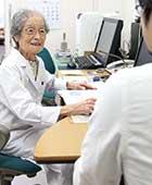 秦野病院外来診察室にて。98歳ごろ