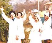 開設して間もない秦野病院にて看護師、調理師の方たちと。向かって左端がご本人(51歳ごろ)