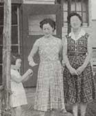 中央林間の当時の自宅前にて。60年くらい前。左からめい、ご本人、妹