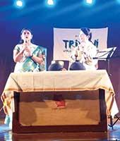 2016年9月23日 インド プネー TRIVENI World Haiku Utsavのステージにて Akila G.氏と