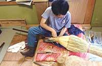 2016年、師匠の工房でほうき作りを習う筆者