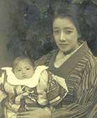 1925年ごろ。生まれて間もない蕗苳を抱く白蓮