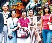 30代。両親との台湾囲碁旅行にて。左端が父、右から2番目が母、右端が本人