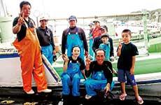 宮古島の伊良部(沖縄)にてカツオの一本釣り漁に同行
