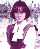 15歳のころ。当時のお気に入りの洋服を着て、自宅前の小学校の校庭で