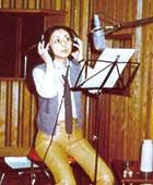 スタジオにてレコーディング中
