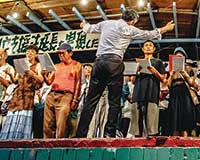 釜ヶ崎夏祭りで歌う釜ヶ崎芸術大学の合唱部。2018年夏