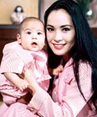 東京都世田谷区等々力の自宅で生後間もない娘カリナと