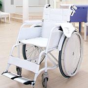 真っ白い式場にマッチする白い車椅子