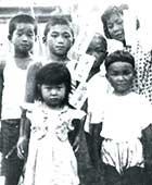 4歳のころ。当時住んでいた社宅内の公園での七夕祭り。前列左端が本人、後列右端が7歳離れている姉