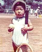 2歳頃、西宮の自宅近くのテニスクラブで