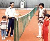 7歳頃、ドイツ・デュッセルドルフのテニスクラブで、両親と弟と。一番右が本人