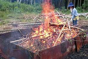 窯で焼く硬い炭ではなく、開放炉で焼く細かくて柔らかいポーラス(多孔質)竹炭