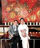 2017年パークホテル東京にて、猪瀬直樹さんと。絵は蜷川さんの作品『薔薇のインフェルノ』