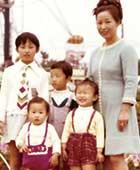 2歳のころ。母と3人の姉たちと。香椎花園(福岡市)にて