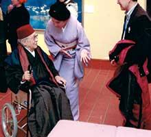 展覧会の様子。車いすの男性が佐々木榮松
