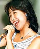 1985年、デビューキャンペーンにて「水の星へ愛をこめて」を歌っているところ