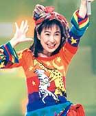1994年、バラドル時代。NHKホールにて「誘惑してよね夏だから」を歌っているところ