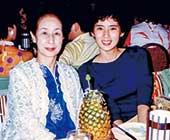 20歳、母の還暦祝いでハワイ旅行へ行ったときの母との2ショット