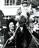 競走馬オーナーでもある。新馬戦勝利記念