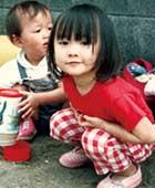 3〜4歳のころ、後ろは弟