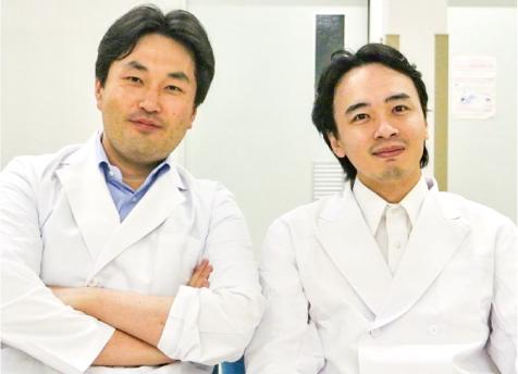 写真①坪倉正治医師(左)と嶋田裕記医師(右)。南相馬市立総合病院にて