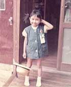 4歳のころ、自宅の外廊下で
