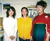 博士号取得後の研究員のころ。研究室の後輩の卒業式。研究室の女子学生は後にも先にもこの3名だけ。中央が本人