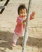 1歳くらいの頃。当時住んでいた家の近くの公園にて