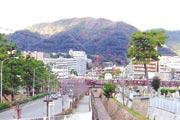 石屋川公園より、マンション・六甲山を望む