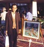 絵の展示会。県民会館前にて自分の絵とともに