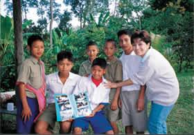 '99秋 チェンマイ県バンメーランカムスクールの生徒たちと (C)AWC