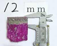 紫色部分は中性化していない。表面のコンクリート色の部分が中性化の進行した部分