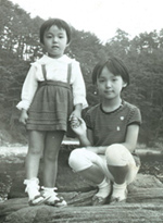 姉・初美さんと左が宏美さん、4才ごろ