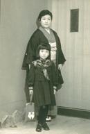 小学校入学 安藤さん(左)お母さま(右)