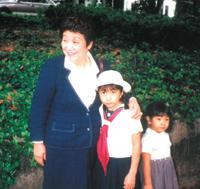 二人のお孫さんと並ぶ、笑顔のお母さま