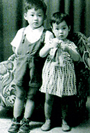 2才、兄と一緒に写真館にて