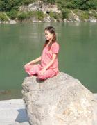 インド、ガンジス河のほとりで メディテ-ション中。