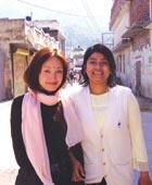 インドにて。 ヨーガの師の妹バイニちゃんと。