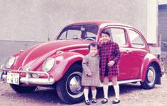 3才の頃、お姉さんと。(左側が美里さん)