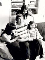南青山の実家にて父E・Hエリックと3人姉妹。(左側が美里さん)