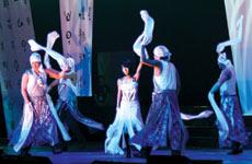東洋的な衣装でエキゾチックに踊る