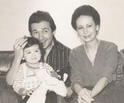 両親と一緒に。2才くらいのころ