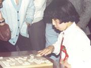 小さいときは男の子と将棋を指す