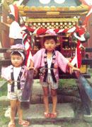 4才のころ、 埼玉県吉川市のお祭りにて。 2つ年上のお姉さんと 左側が北斗さん
