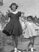 1955年 城ヶ島にて 姉・安田祥子と雑誌の撮影