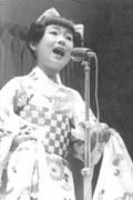 1957年 小倉の到津遊園地で歌う。