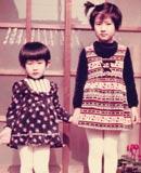 川崎の自宅の玄関で。 3才下の妹と